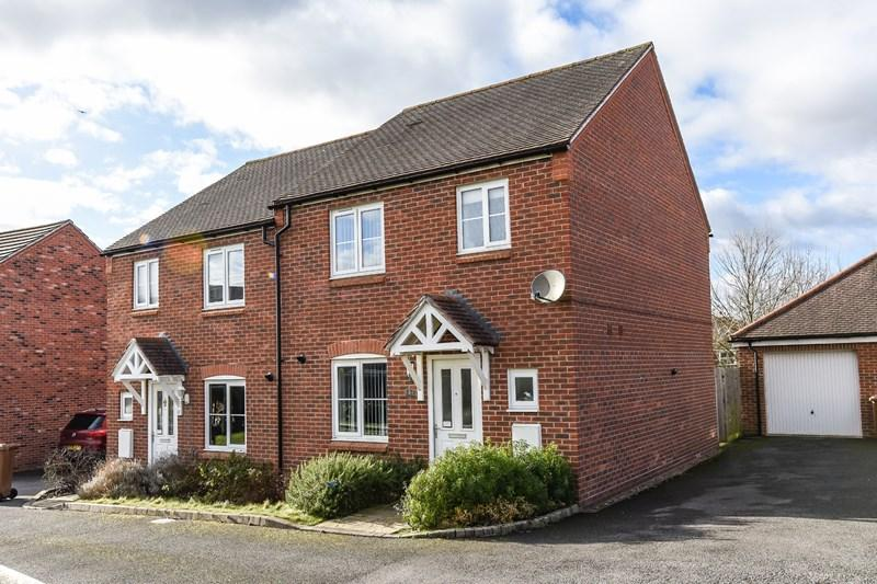 3 Bedrooms Semi Detached House for sale in Old Oak Close, Andover