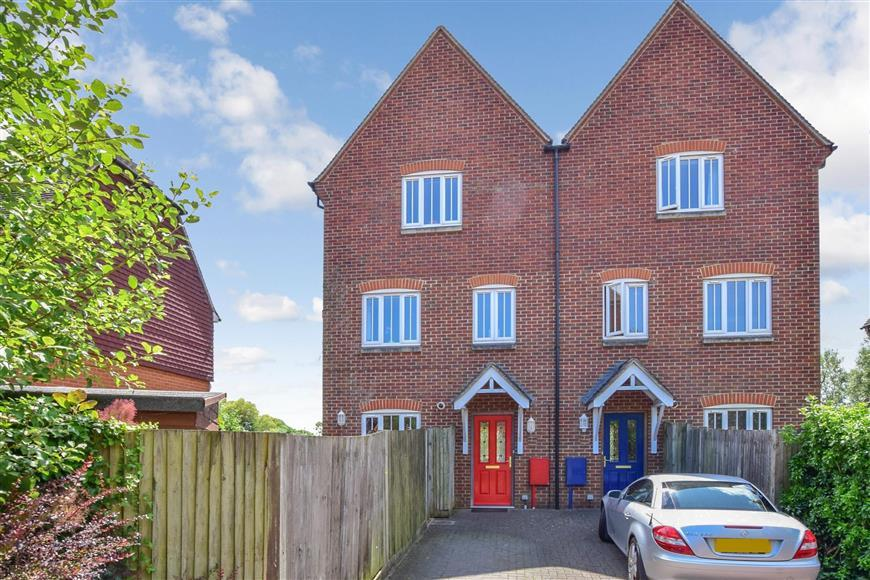 4 Bedrooms Town House for sale in Swan Corner, Pulborough, West Sussex