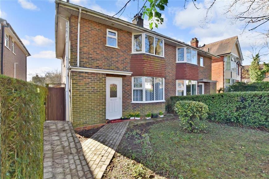 3 Bedrooms Semi Detached House for sale in Victoria Road, Horley, Surrey