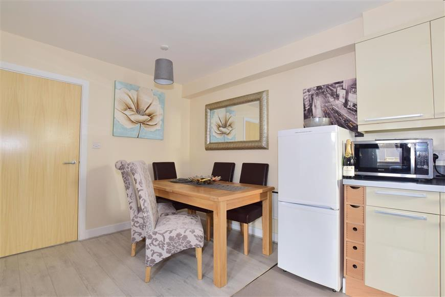 2 Bedrooms Flat for sale in Oakwood Court, Tollgate Hill, Crawley, West Sussex