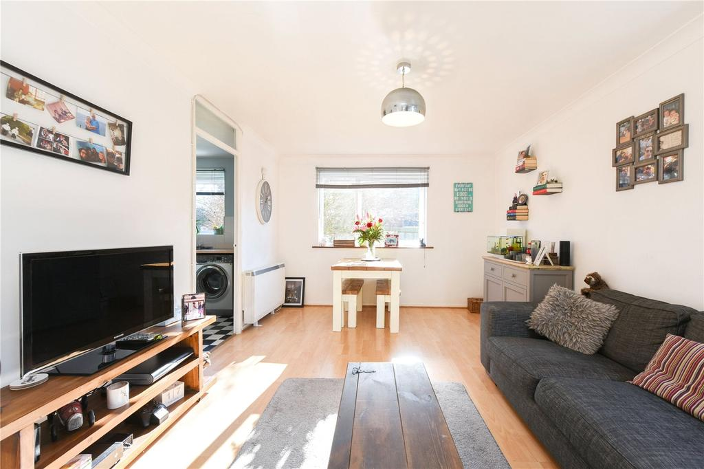 2 Bedrooms Flat for sale in Swans Hope, Loughton, Essex, IG10