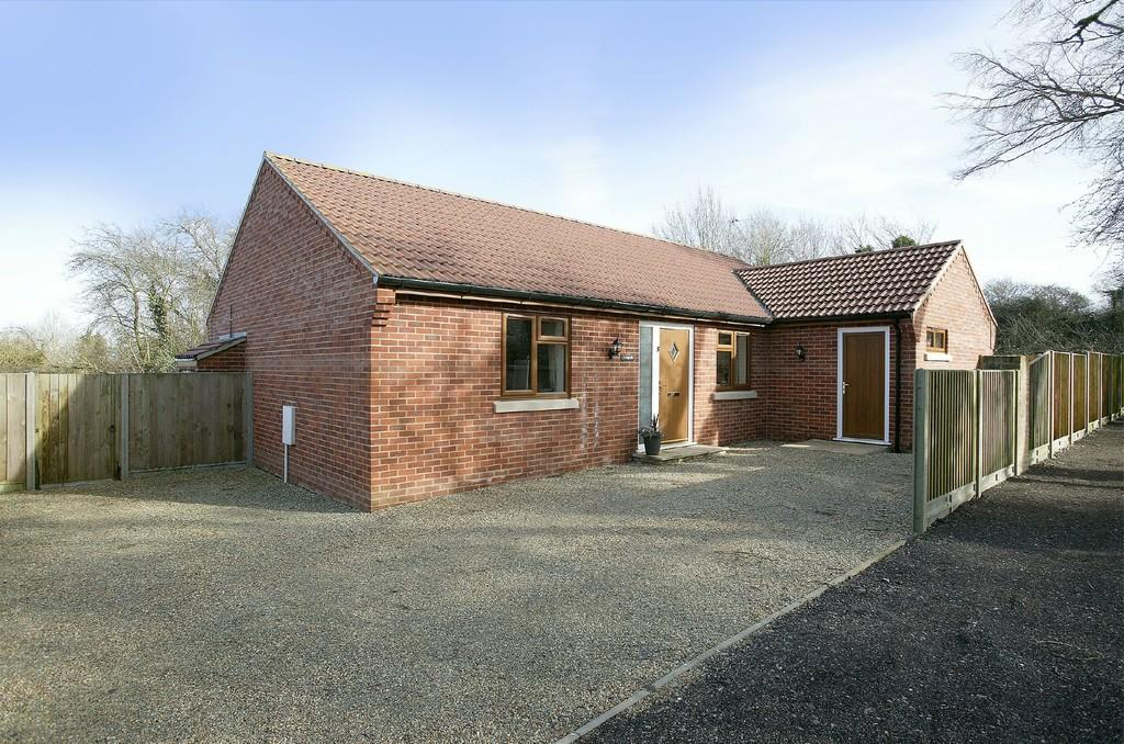 3 Bedrooms Detached Bungalow for sale in The Close, School Lane