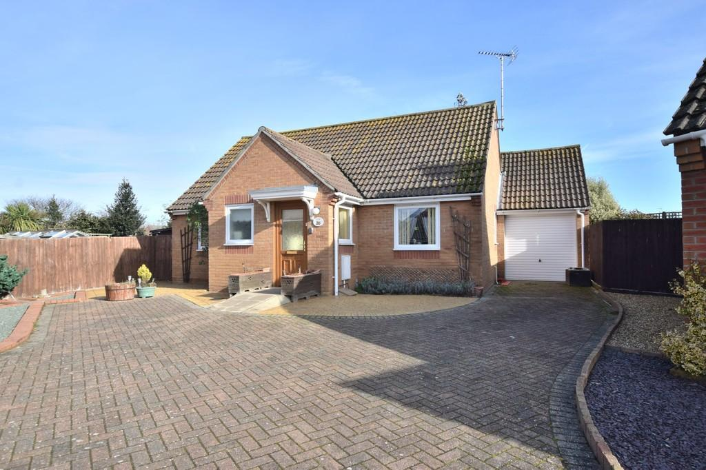 2 Bedrooms Detached Bungalow for sale in Seaview Gardens, Brightlingsea CO7 0PW