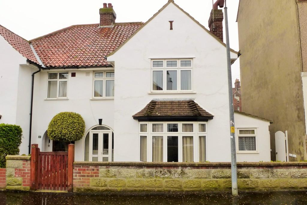 3 Bedrooms Semi Detached House for sale in Cromer