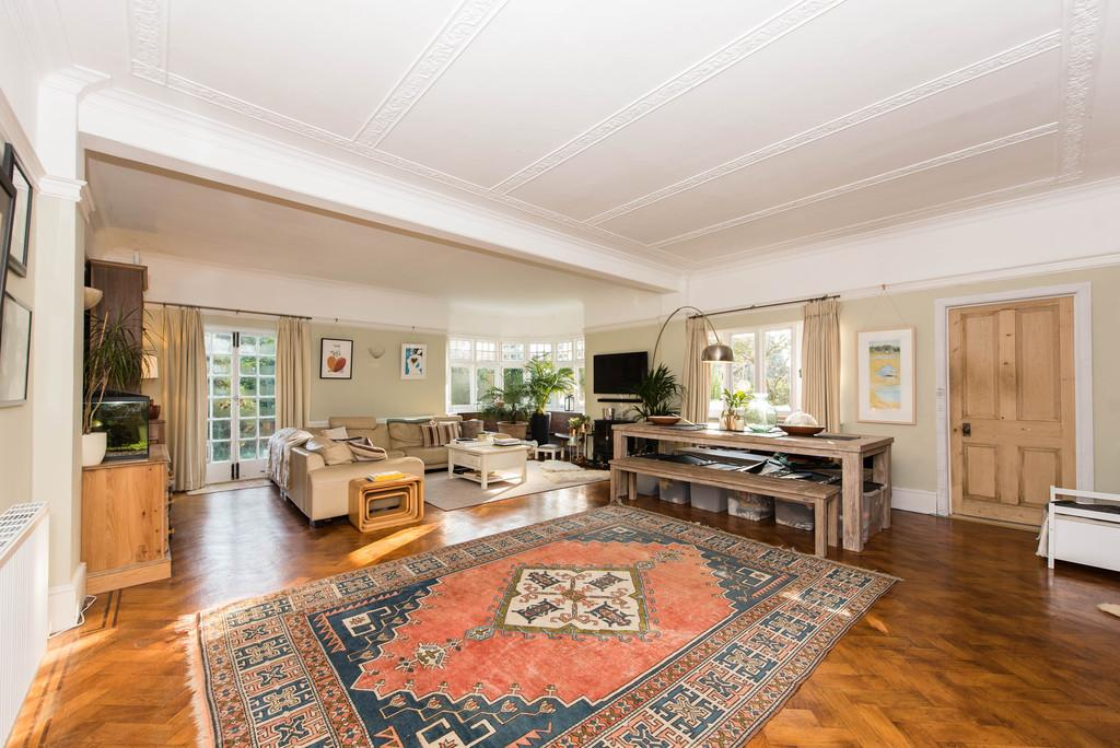 2 Bedrooms Ground Flat for sale in Claremont Lane, Esher