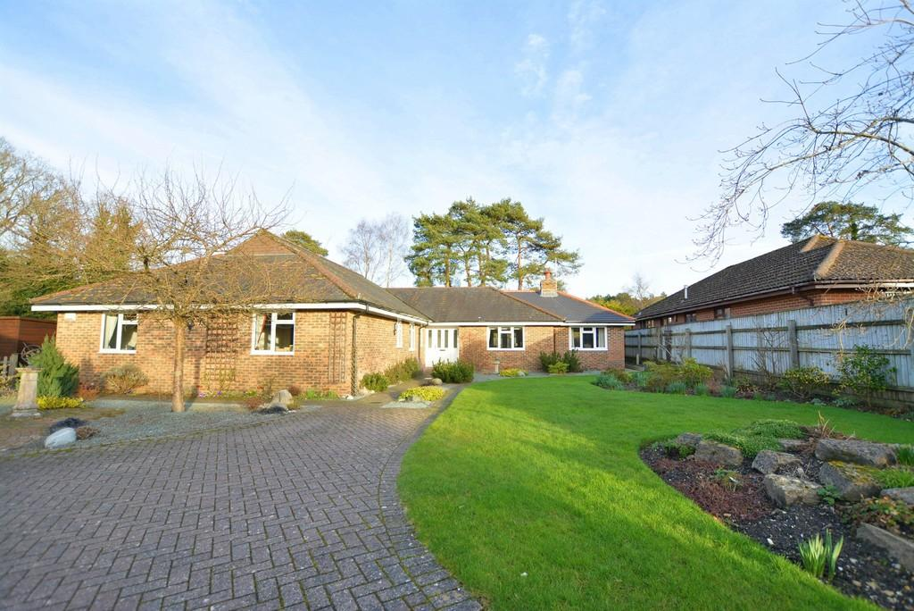 3 Bedrooms Detached Bungalow for sale in Forest Edge Drive, Ashley Heath
