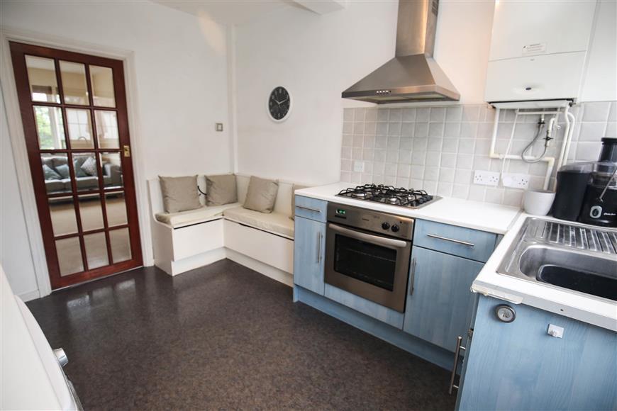 3 Bedrooms Maisonette Flat for sale in High Street, West Wickham, Kent