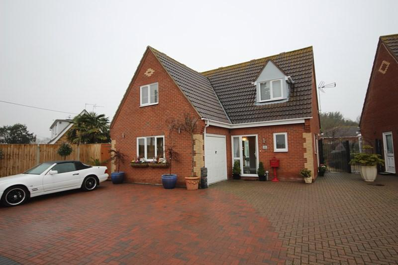 3 Bedrooms Detached House for sale in Dumont Avenue, St. Osyth, Clacton-On-Sea