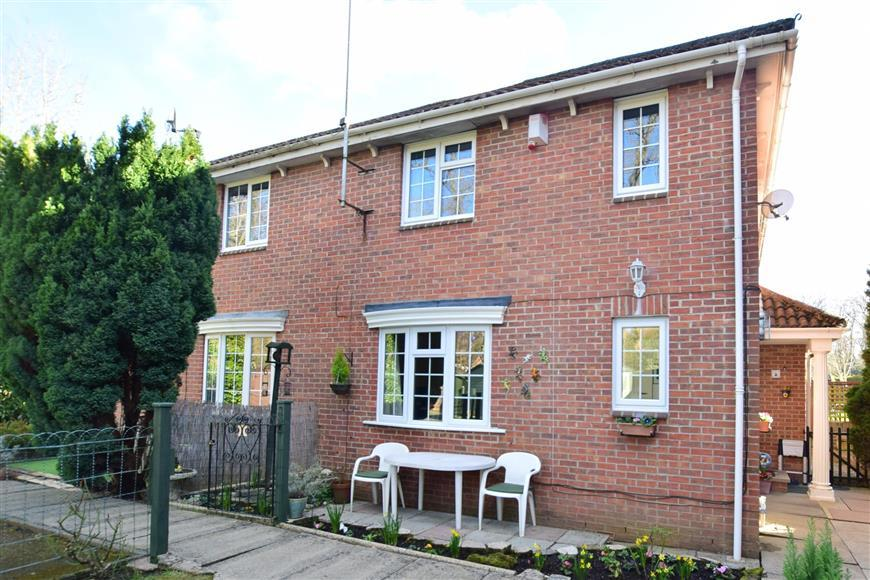 2 Bedrooms Terraced House for sale in The Dell, East Grinstead, West Sussex