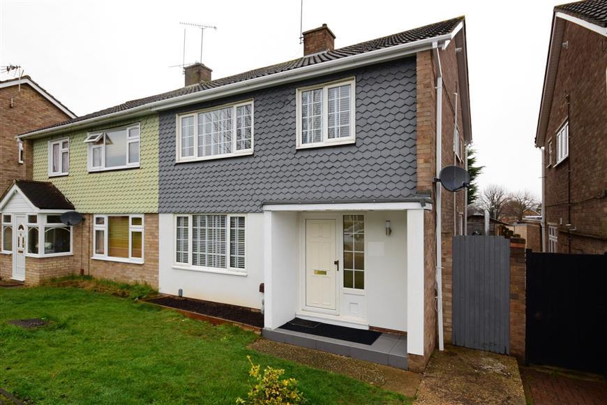 3 Bedrooms Semi Detached House for sale in Herondale, Basildon, Essex