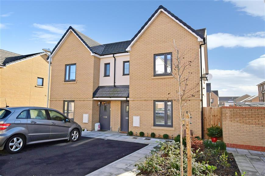 3 Bedrooms Semi Detached House for sale in Resevoir Way, Hainault, Ilford, Essex