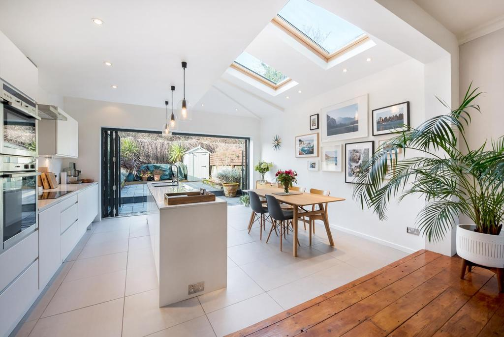 2 Bedrooms House for sale in EVERSLEIGH ROAD, SW11