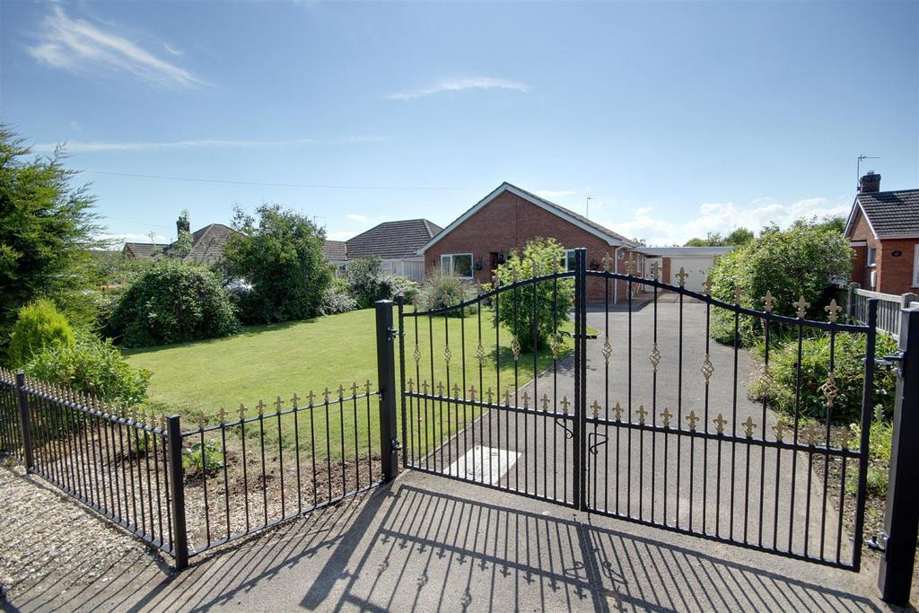 3 Bedrooms Detached Bungalow for sale in Mumby Road, Huttoft, Lincolnshire