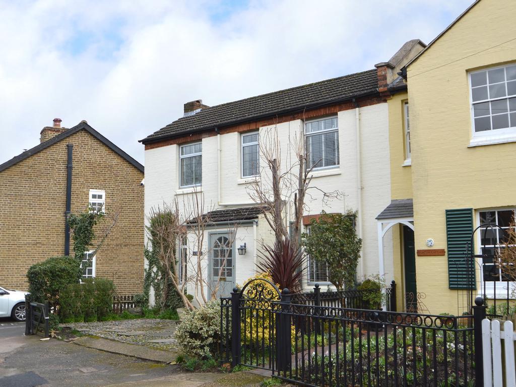 2 Bedrooms Terraced House for sale in Camden Cottges, Weybridge KT13
