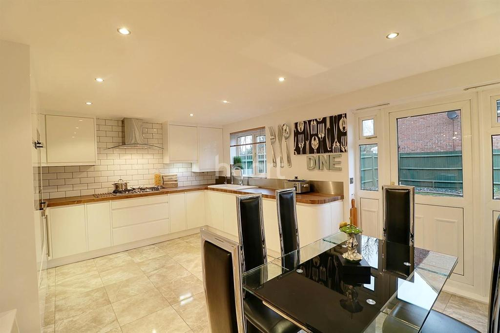 4 Bedrooms Semi Detached House for sale in Moore Crescent, Dunstable