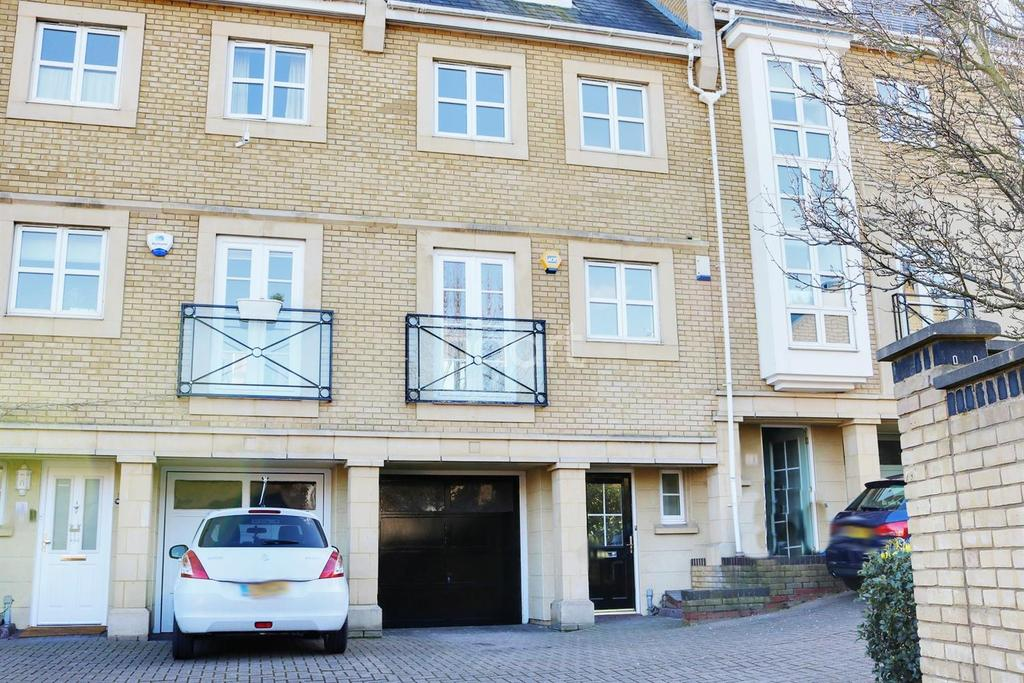 4 Bedrooms Terraced House for sale in Kingfisher Drive, Greenhithe, DA9