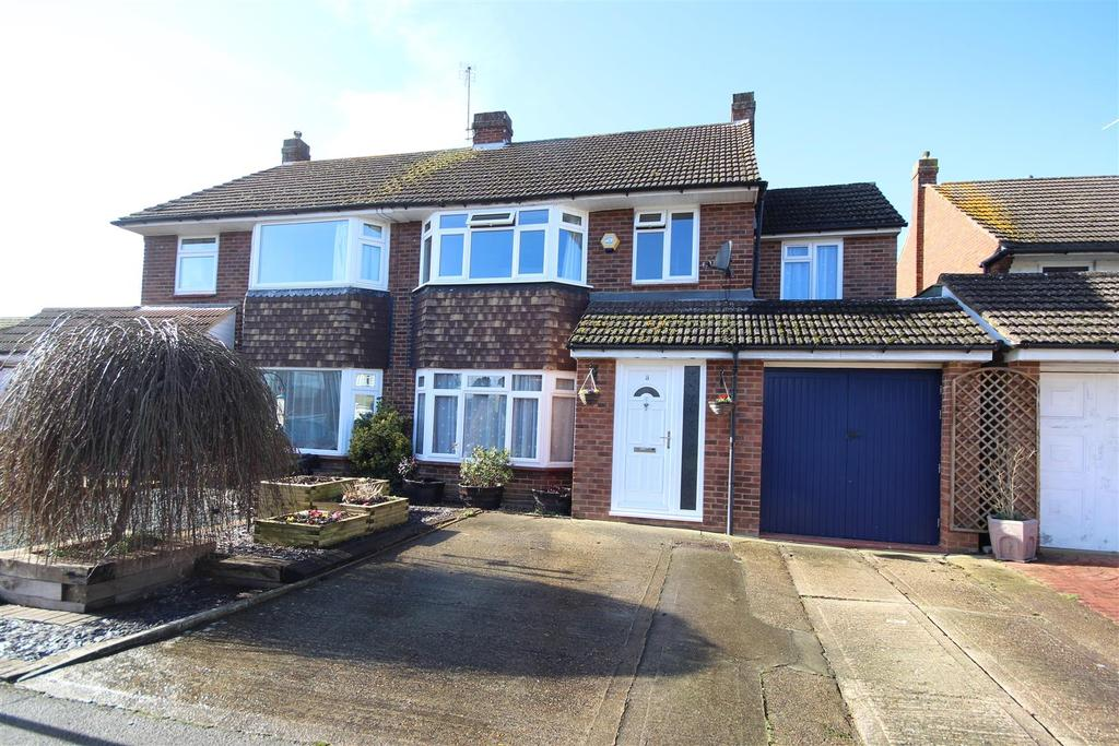 4 Bedrooms Semi Detached House for sale in Keswick Gardens, Woodley, Reading