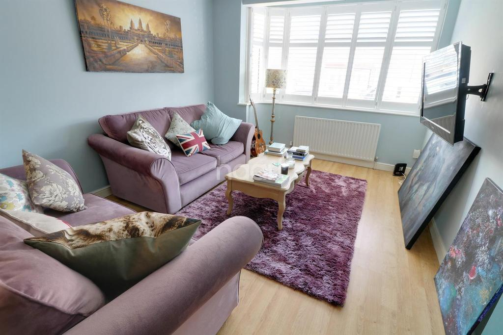 3 Bedrooms Terraced House for sale in Ascot Close, Hainault