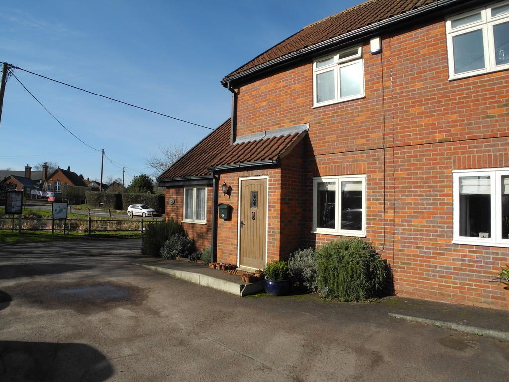 3 Bedrooms Cottage House for sale in Pond Lane, Surlingham