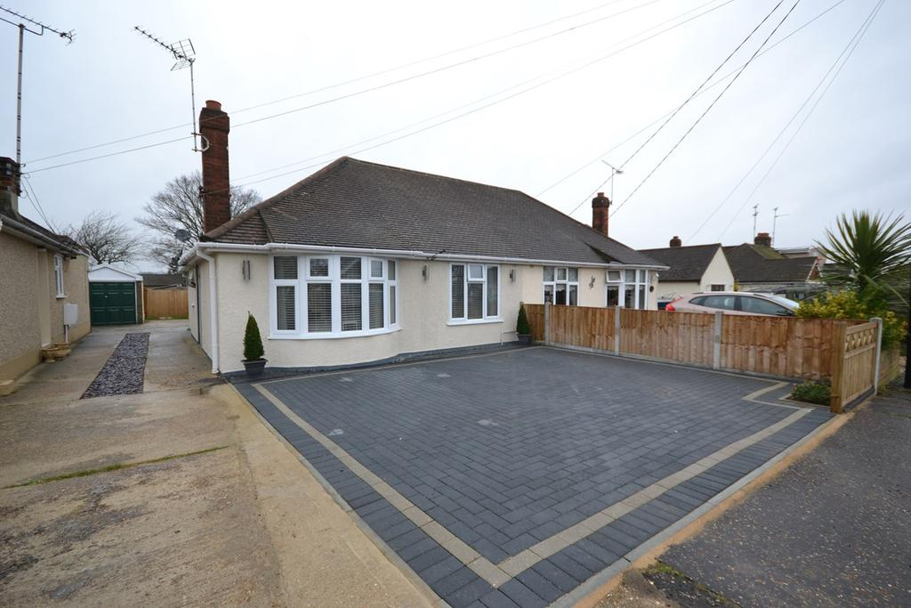 3 Bedrooms Semi Detached Bungalow for sale in Victoria Crescent, Wickford, SS12