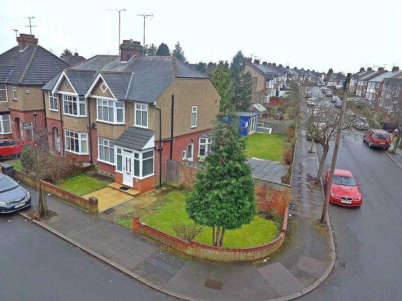 3 Bedrooms Semi Detached House for sale in St. Michaels Crescent, Luton