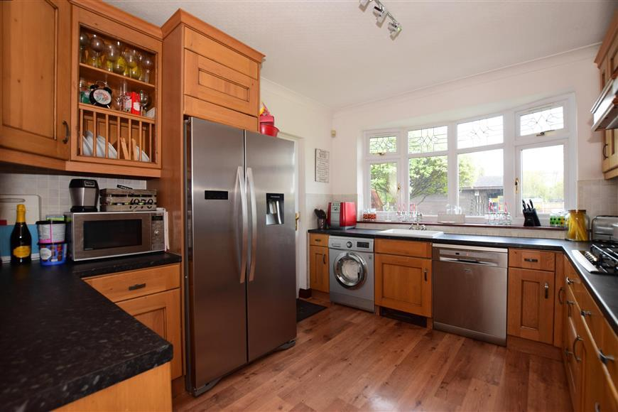 5 Bedrooms Bungalow for sale in Thorndon Avenue, West Horndon, Brentwood, Essex