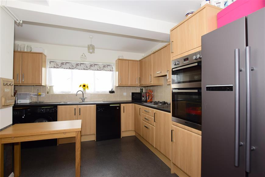3 Bedrooms Terraced House for sale in Lancaster Close, Pilgrims Hatch, Brentwood, Essex
