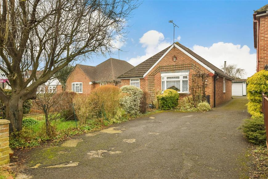 2 Bedrooms Detached Bungalow for sale in Stakes Hill Road, Waterlooville, Hampshire