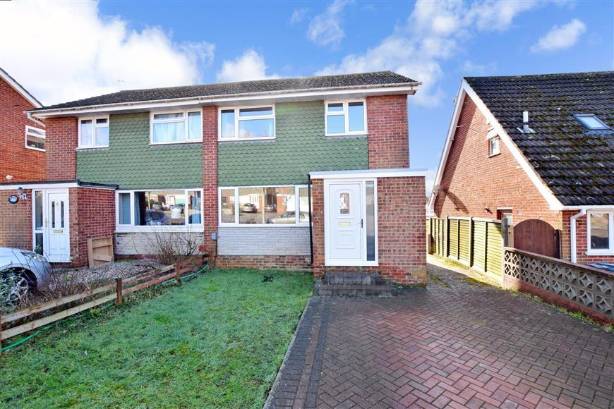 3 Bedrooms Semi Detached House for sale in Kingscote Road, Cowplain, Waterlooville, Hampshire