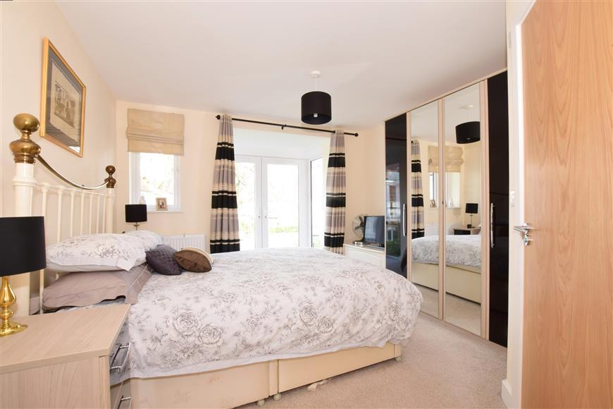 2 Bedrooms Flat for sale in The Spinney, Waterlooville, Hampshire