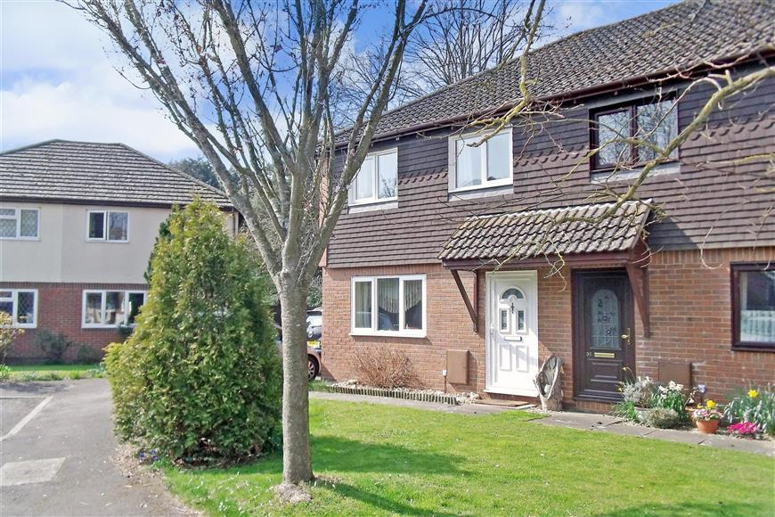 3 Bedrooms Semi Detached House for sale in Middleton Gardens, Tangmere, Chichester, West Sussex
