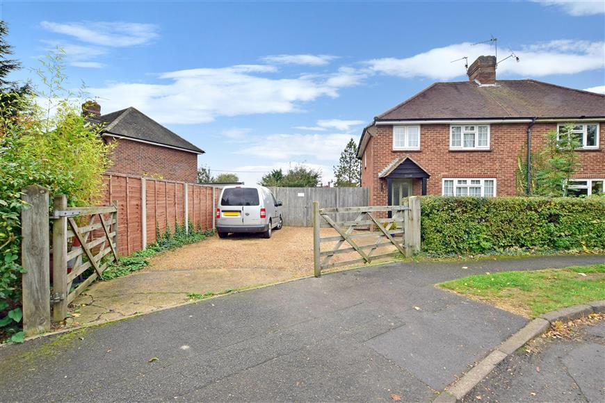 3 Bedrooms Semi Detached House for sale in Lashmere, Cranleigh, Surrey