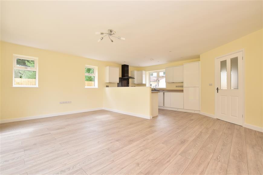 3 Bedrooms Bungalow for sale in Tushmore Crescent, Northgate, Crawley, West Sussex