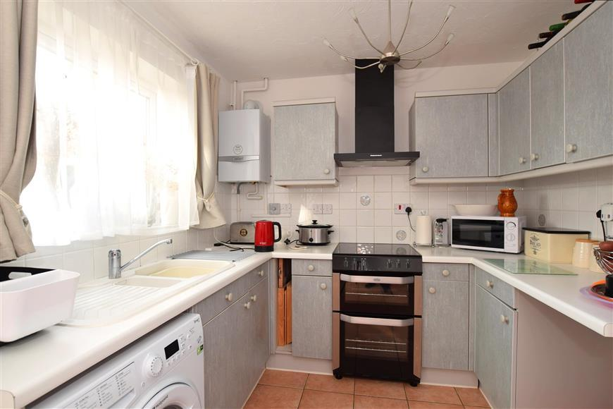 3 Bedrooms Terraced House for sale in Vancouver Drive, Langley Green, Crawley, West Sussex