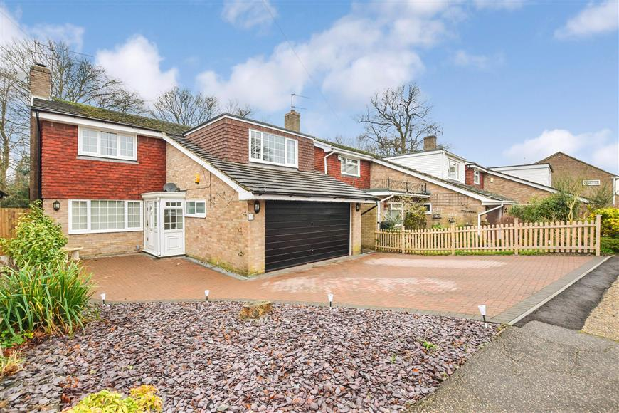 4 Bedrooms Detached House for sale in Blackheath, Pound Hill, Crawley, West Sussex