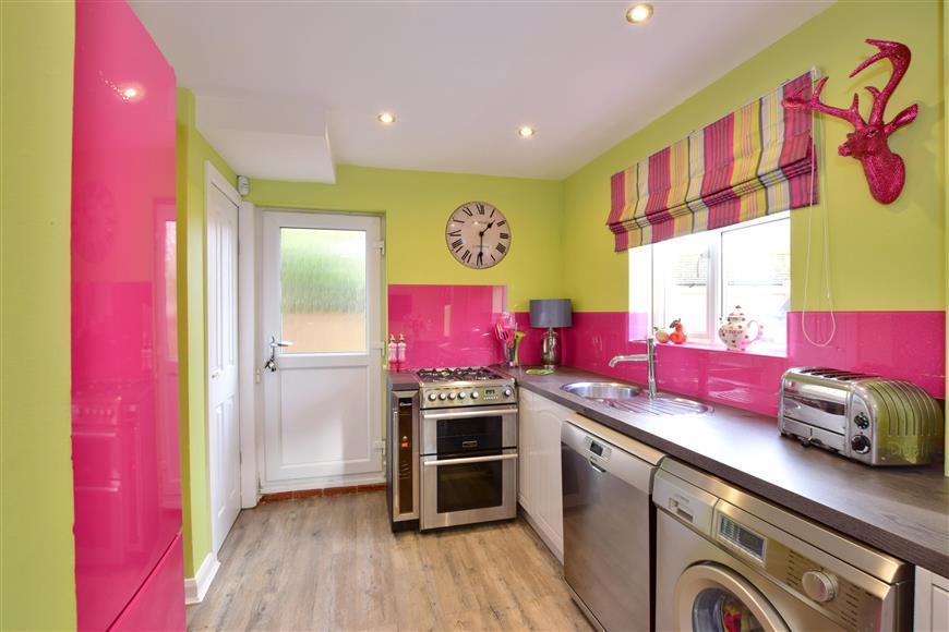 3 Bedrooms End Of Terrace House for sale in New Farthingdale, Dormansland, Surrey
