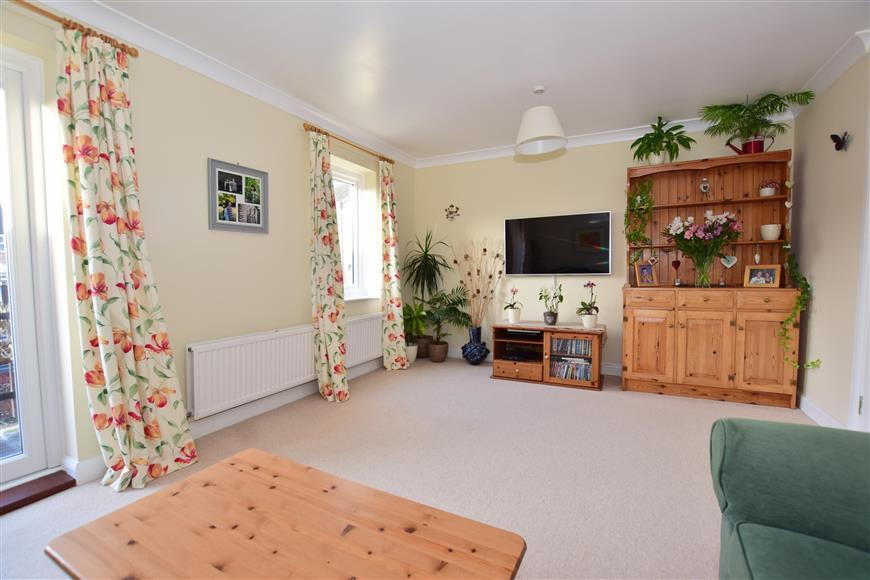 5 Bedrooms Town House for sale in Manning Close, East Grinstead, West Sussex