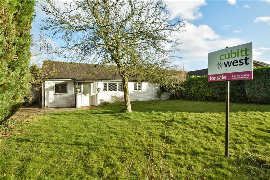 3 Bedrooms Semi Detached Bungalow for sale in Stonecourt Close, Horley, Surrey