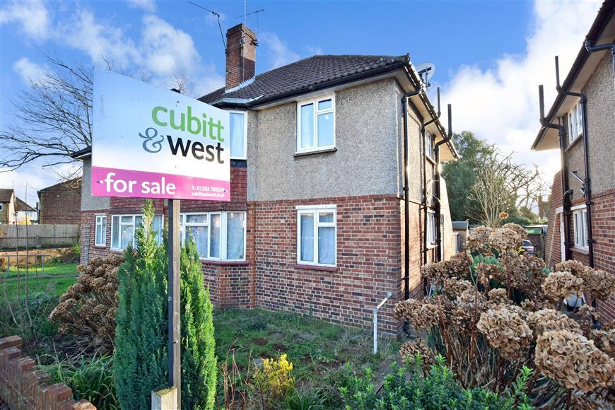 2 Bedrooms Ground Maisonette Flat for sale in Victoria Close, Horley, Surrey