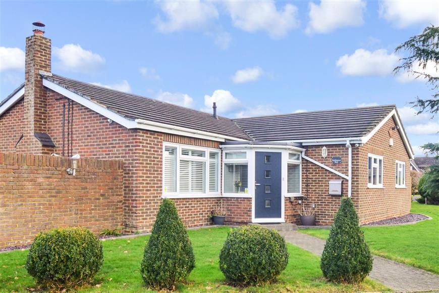 4 Bedrooms Bungalow for sale in Wellington Way, Horley, Surrey