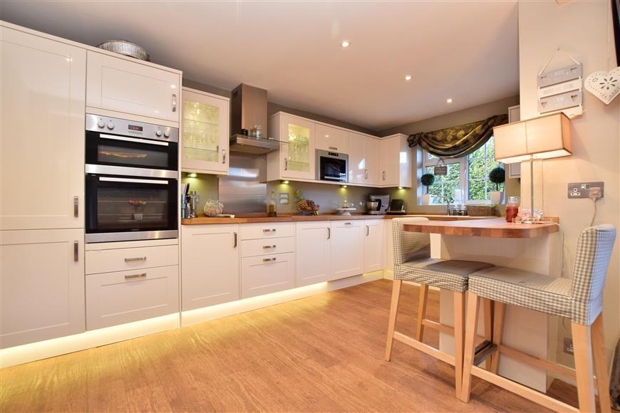 4 Bedrooms Link Detached House for sale in Baden Drive, Horley, Surrey