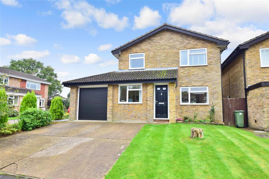 3 Bedrooms Detached House for sale in Glendale Close, Horsham, West Sussex