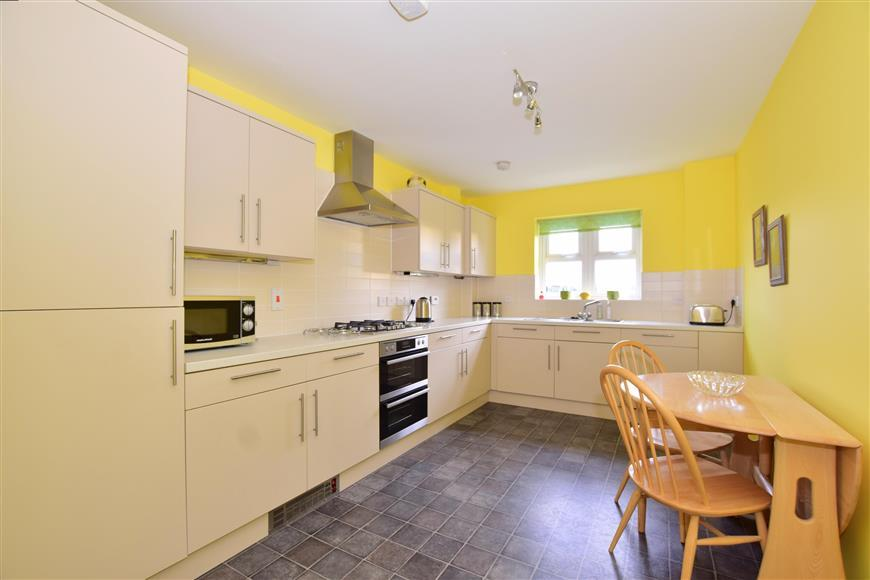 2 Bedrooms Apartment Flat for sale in Hurst Road, Horsham, West Sussex
