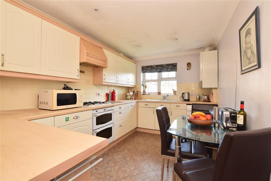 2 Bedrooms Flat for sale in Rushams Road, Horsham, West Sussex