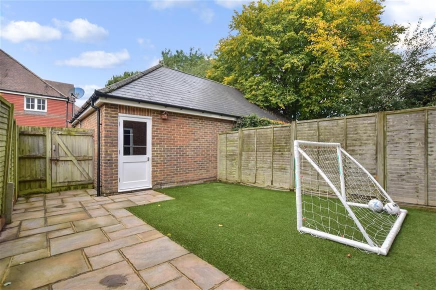 4 Bedrooms Town House for sale in Pondtail Park, Horsham, West Sussex