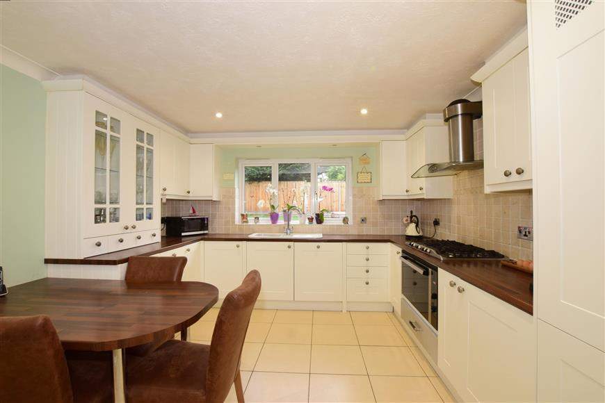 5 Bedrooms Detached House for sale in The Links, Whitehill, Hampshire