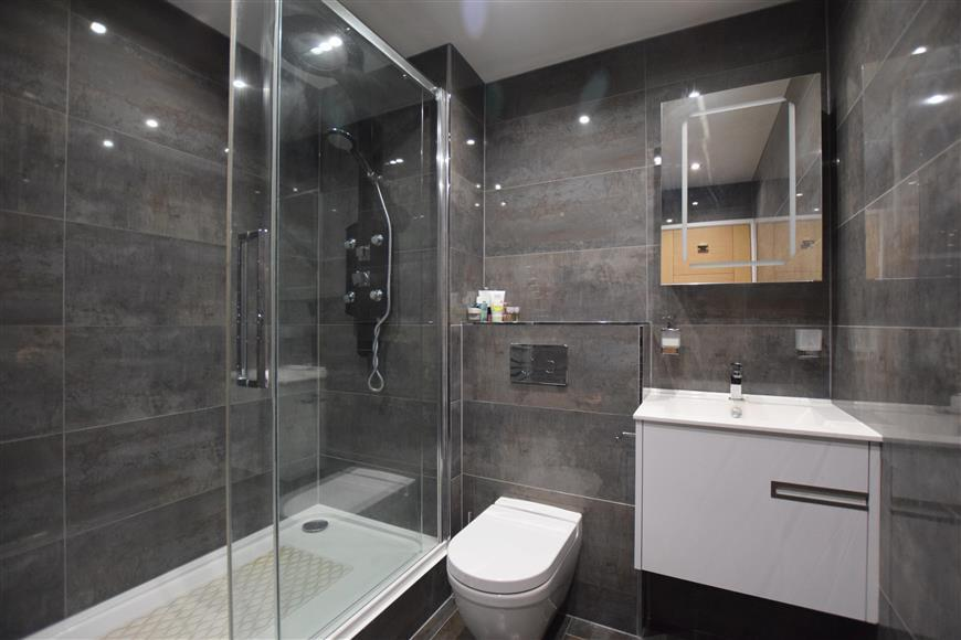 2 Bedrooms Flat for sale in Wettern Close, South Croydon, Surrey
