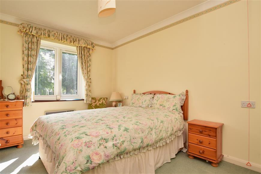 2 Bedrooms Flat for sale in Reigate Hill, Reigate, Surrey