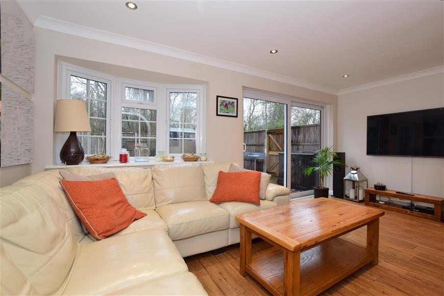 3 Bedrooms Semi Detached House for sale in Ashmere Close, Sutton, Surrey