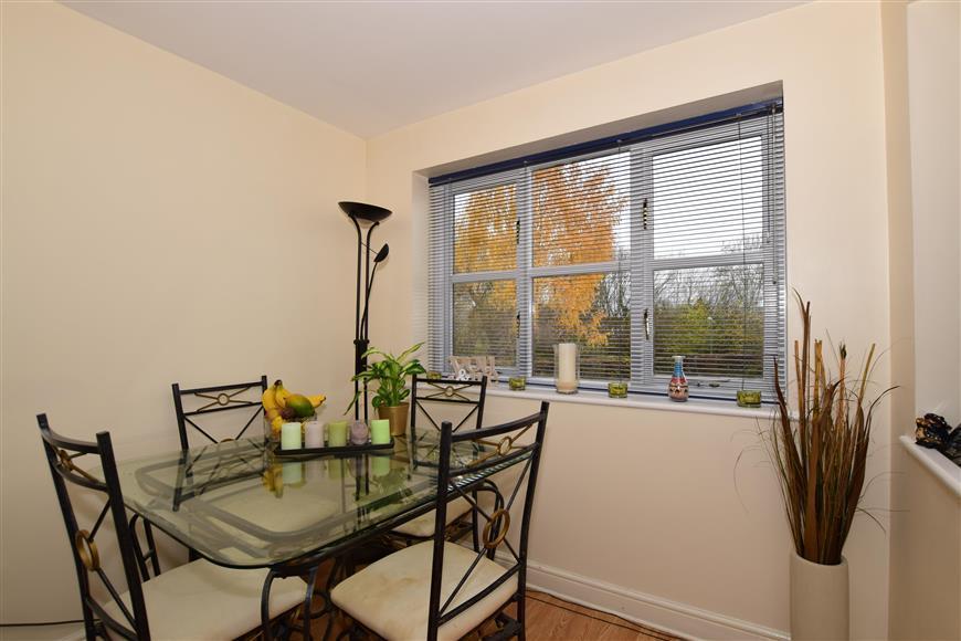 2 Bedrooms Apartment Flat for sale in Mullards Close, Mitcham/Hackbridge, Surrey